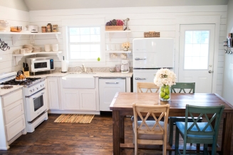farmhouse-kitchen-in-arkansas-cottage-retnal-with-retro-appliances