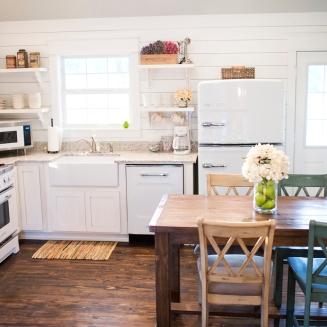 farmhouse-kitchen-in-arkansas-cottage-retnal-with-retro-appliances